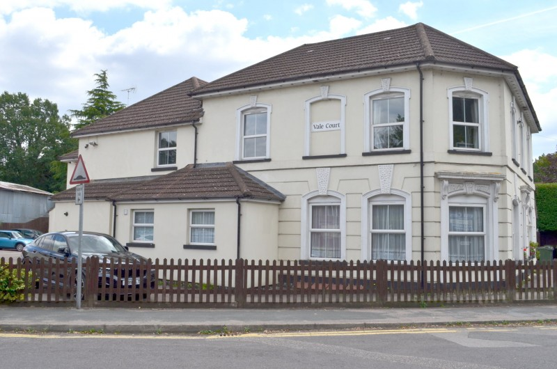 2 Bedrooms Flat for sale in Ash Vale