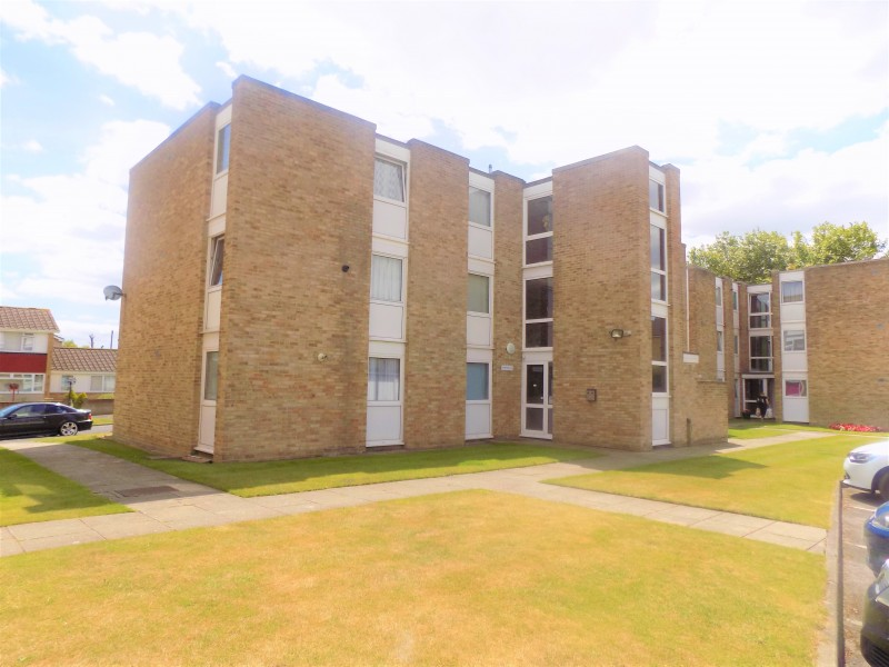 2 Bedrooms Ground Flat for sale in Sandpipers, Watermead Road, Portsmouth PO6
