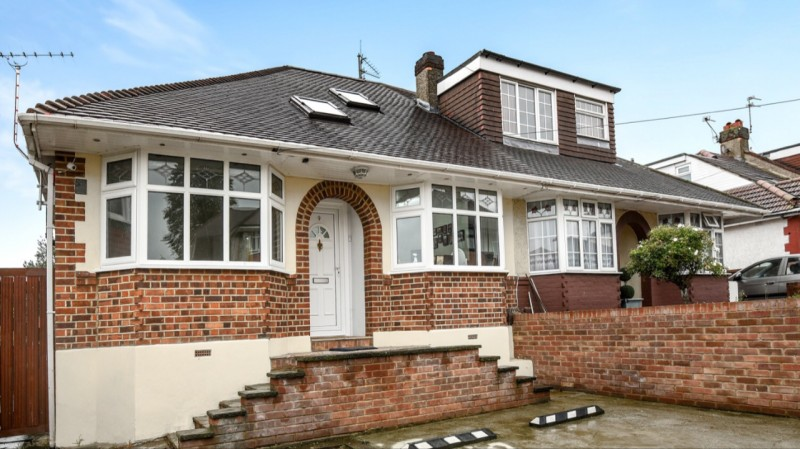 3 Bedrooms Semi Detached Bungalow for sale in Elm Grove, Erith Kent DA8 3BL