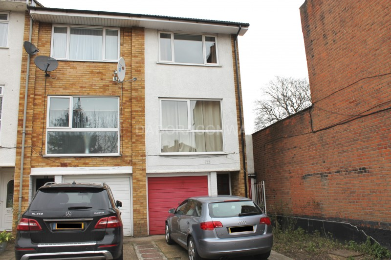 3 Bedrooms Town House for rent in Snakes Lane East, IG8