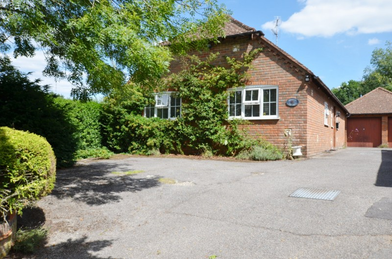 3 Bedrooms Detached Bungalow for sale in Ash Vale